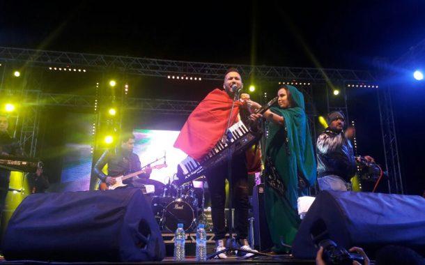 عاجل : الفنان الجزائري رضى الطلياني يلتحف العلم المغربي في سماء العيون